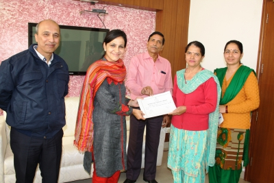 Employee of the Month: DCO Haryana giving certification of appreciation to the employee of the month for using hindi in office work.